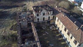 欧洲风格的18世纪的别墅在烧了的火以后 库存照片
