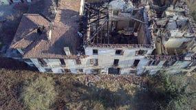 欧洲风格的18世纪的别墅在烧了的火以后 免版税库存照片