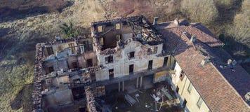 欧洲风格的18世纪的别墅在烧了的火以后 库存图片