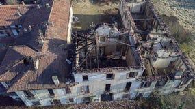 欧洲风格的18世纪的别墅在烧了的火以后 图库摄影