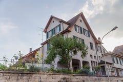 欧洲,瑞士,沙夫豪森-住宅房子用向日葵在围场, 2015年 免版税库存照片