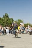 欺骗在有后轮的自转的一辆BMX自行车 免版税库存照片