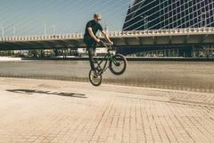 欺骗在街道下的人一辆bmx自行车 库存图片