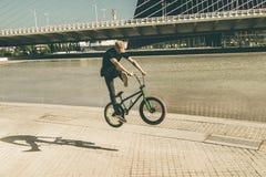 欺骗在街道下的人一辆bmx自行车 免版税库存图片
