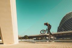 欺骗在街道下的人一辆bmx自行车 免版税图库摄影