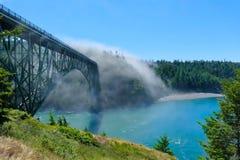 欺骗在雾的通行证桥梁风景看法  免版税库存图片