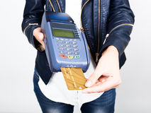 付款卡片在银行终端 的电子付款的概念 拖延信用卡的妇女手的特写镜头 免版税库存照片