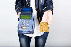 付款卡片在银行终端 的电子付款的概念 拖延信用卡的妇女手的特写镜头 库存照片