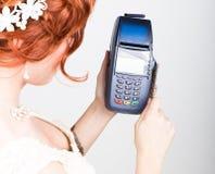 付款卡片在银行终端 的电子付款的概念 拿着信用卡的一个美丽的新娘的特写镜头 库存照片