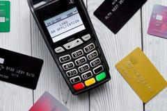 付款卡片通过终端在商店顶视图木背景中 库存图片