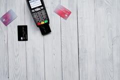 付款卡片通过终端在商店顶视图木背景中 库存照片