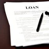 贷款在书桌上的文件协议有笔的 库存照片