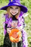 款待窍门 万圣夜字符:美丽的矮小的巫婆 免版税图库摄影