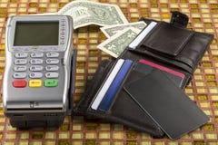 付款无线终端和钱包有美元钞票的 免版税库存照片