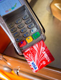付款是通过信用卡VTB24 免版税库存图片