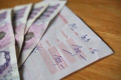 付款(发行名单)的确认与在上面的蓝色钞票 免版税图库摄影