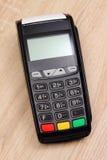 付款终端,在书桌,财务概念上的信用卡机器 免版税库存照片