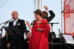 歌剧二重奏意大利歌剧明星奥尔多caputo、进程和达尼埃拉schillaci (斯卡拉大剧院,意大利)女高音,在露天舞台 库存照片