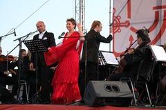 歌剧二重奏意大利歌剧明星奥尔多caputo、进程和达尼埃拉schillaci (斯卡拉大剧院,意大利)女高音,在露天舞台 免版税图库摄影