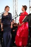 歌剧二重奏-歌手阿里纳Shakirova,俄罗斯、女次高音和达尼埃拉斯基拉奇,斯卡拉大剧院,意大利,女高音,在露天舞台 免版税库存照片