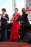 歌剧二重奏-歌手阿里纳Shakirova,俄罗斯、女次高音和达尼埃拉斯基拉奇,斯卡拉大剧院,意大利,女高音,在露天舞台 图库摄影