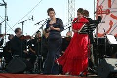 歌剧二重奏-歌手阿里纳Shakirova,俄罗斯、女次高音和达尼埃拉斯基拉奇,斯卡拉大剧院,意大利,女高音,在露天舞台 免版税库存图片