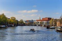 歌剧和balet在有小船的阿姆斯特丹在运河 图库摄影