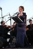 歌剧女演员和歌手阿里纳Shakirova (俄罗斯),女次高音,在露天舞台 图库摄影