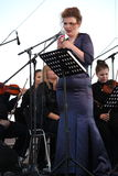歌剧女演员和歌手阿里纳Shakirova (俄罗斯),女次高音,在露天舞台 免版税库存照片