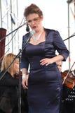 歌剧女演员和歌手阿里纳Shakirova (俄罗斯),女次高音,在露天舞台 免版税库存图片