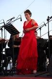 歌剧歌手达尼埃拉schillaci (斯卡拉大剧院,意大利)女高音,在露天舞台 免版税库存照片