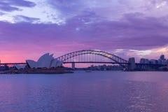 歌剧院和港口桥梁在太阳的悉尼覆盖 免版税图库摄影