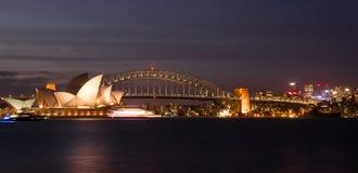 歌剧院和港口桥梁在悉尼在晚上,反射 库存照片
