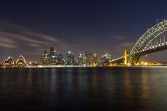 歌剧院和港口桥梁在悉尼在晚上, 免版税库存图片
