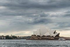 歌剧院和轮渡在重的cloudscape,悉尼澳大利亚下 免版税库存照片
