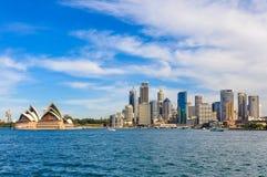 歌剧院和CBD从Kirribilli在悉尼,澳大利亚 图库摄影