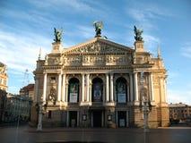 歌剧院在利沃夫州的中心 免版税库存照片