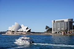 歌剧院风景有在悉尼采取的深蓝色海的澳大利亚 免版税库存照片