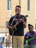 歌唱者和吉他弹奏者 免版税库存图片
