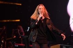 歌手伊冯Aleksander伊凡诺夫在阶段执行在维克托Drobysh第50个年生日音乐会期间在巴克来中心 免版税库存图片