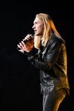 歌手伊冯Aleksander伊凡诺夫在阶段执行在维克托Drobysh第50个年生日音乐会期间在巴克来中心 免版税库存照片