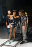 歌手和乘员组观看的照相机反光镜,电影音乐录影 免版税图库摄影