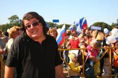 歌手和作曲家伊戈尔Kornelyuk 俄国旗子的天 免版税图库摄影