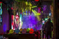 歌手唱歌在一个五颜六色装饰的酒吧的,大理,中国 免版税图库摄影