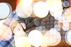 歌手唱歌阶段光 免版税库存图片