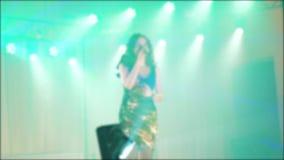 歌手女孩浅黑肤色的男人唱被弄脏的音乐会夜与话筒的美好的光 慢动作录影 歌手 股票录像