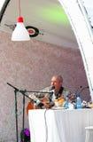 歌手安德雷马卡列维奇唱歌和戏剧吉他 库存图片