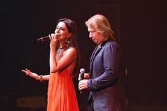 歌手扎拉和维克托Drobysh在阶段执行在维克托Drobysh第50个年生日音乐会期间在巴克来中心 免版税图库摄影
