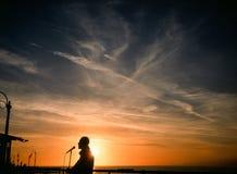 歌手日落剪影圣塔蒙尼卡码头的 免版税库存照片