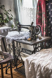 歌手缝纫机在哥萨克房子里 免版税库存照片
